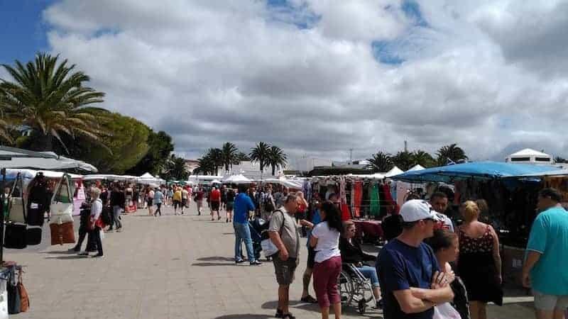 Der Flohmarkt von Teguise findet am Sonntagmorgen statt