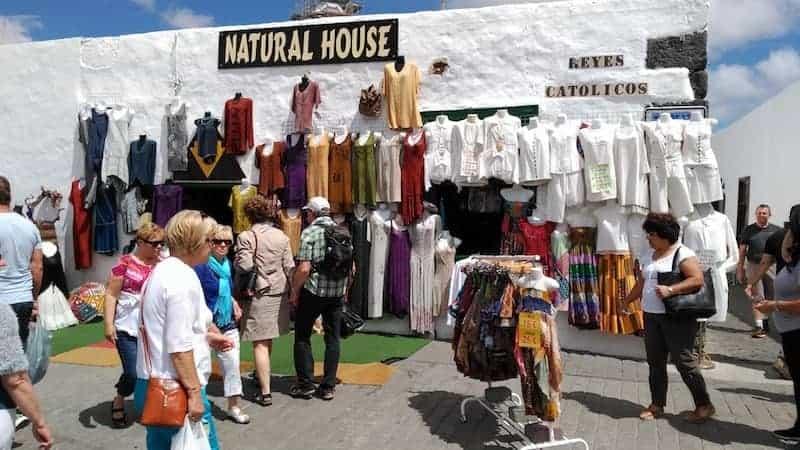 Kleidung steht auf dem Markt