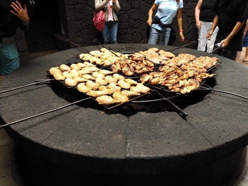 Gegrilltes Essen mit der Hitze des Vulkans