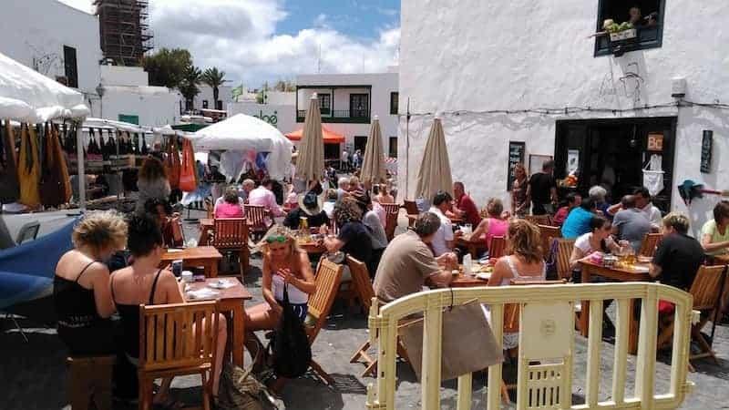 Lanzaroteños disfrutando del domingo en el mercadillo