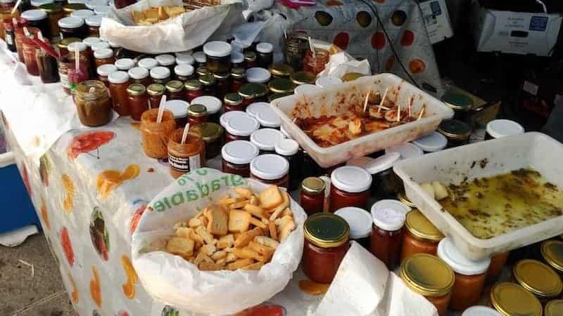 Degustación de productos típicos en los puestos